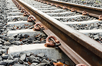 鉄道レールへの脱線防止特殊液噴霧の自動制御
